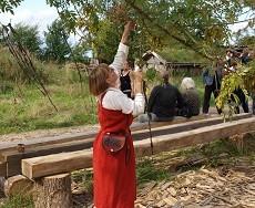 Norne hænger skæbnetråder i asketræet Yggdrasil