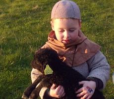 Stalddrengen Marius med et af lammene